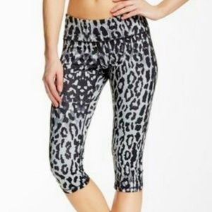 Z by Zella black grey leopard medium capri legging